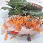 Panino integrale con semi di sesamo farcito con tacchino,formaggio fresco, peperoni ,carote julienne, origano fresco e spinacino fresco.