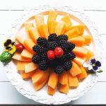 Centro tavola di melone, more e ciliegie