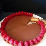 Crostata al caramello salato, cioccolato e lamponi