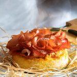 Soufflè di patate accompagnato con Speck Alto Adige IGP